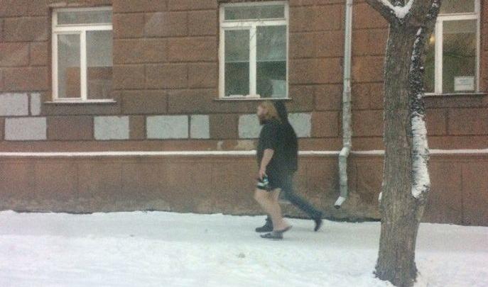Видео: красноярец прошелся по морозу в шапке и шортах