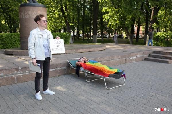 Ученики узнали своего учителя информатики, который вышел на акцию против гомофобии с плакатом в руке