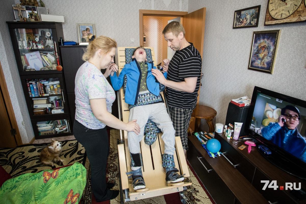 Ежедневно родители самостоятельно делают Богдану множество процедур, чтобы поддерживать его тело