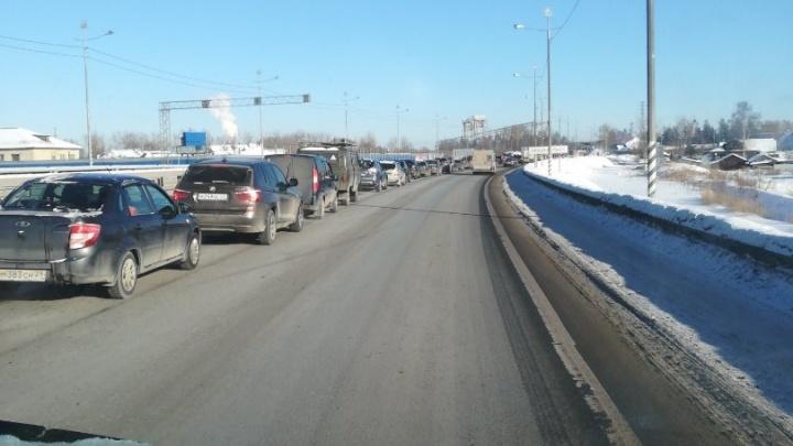 В Архангельске авария парализовала движение на ж/д мосту