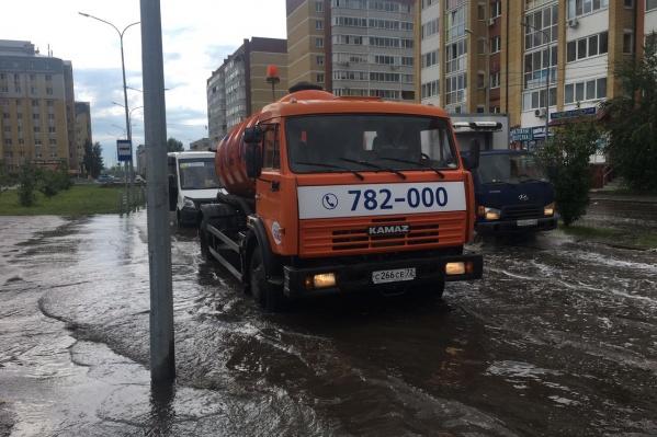 В Тюмени сильный дождь затопил часть улиц. Воду уже откачивают