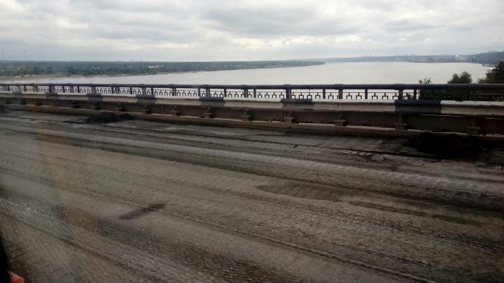 На Коммунальном мосту рабочих заставили перекладывать покрытие. Как это скажется на сроках ремонта?