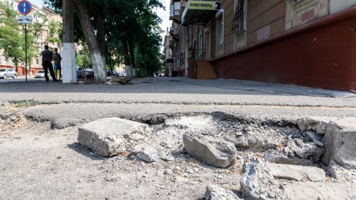 Коммунальщиков заставят отремонтировать разбитую плитку в центре Волгограда