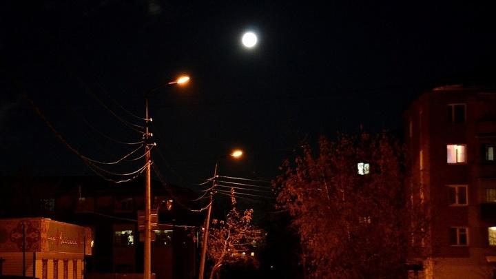 Расчехляйте фотоаппараты: над Екатеринбургом взошла гигантская Луна