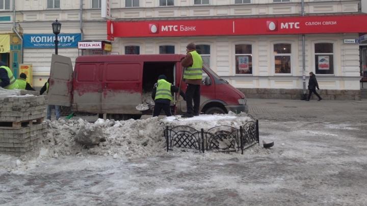 Суровая уральская уборка: на Вайнера рабочие набили снегом салон микроавтобуса