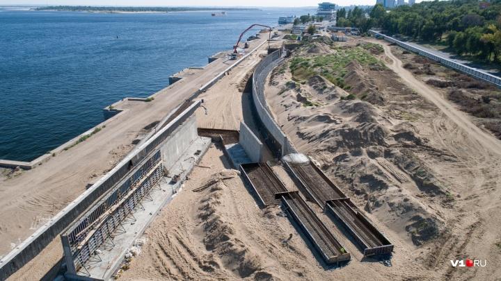 За высоким забором: показываем с высоты строительство амфитеатра на набережной Волгограда