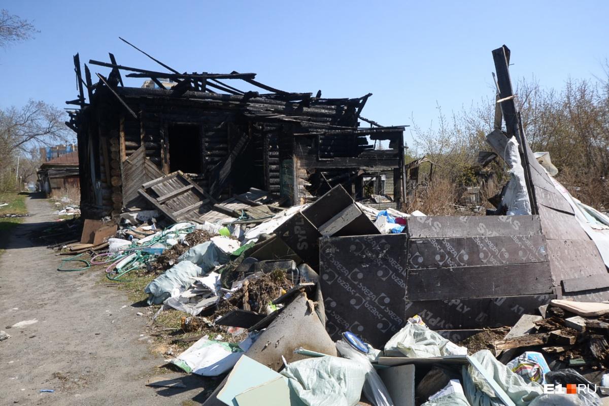 Некоторые дома явно пережили пожар