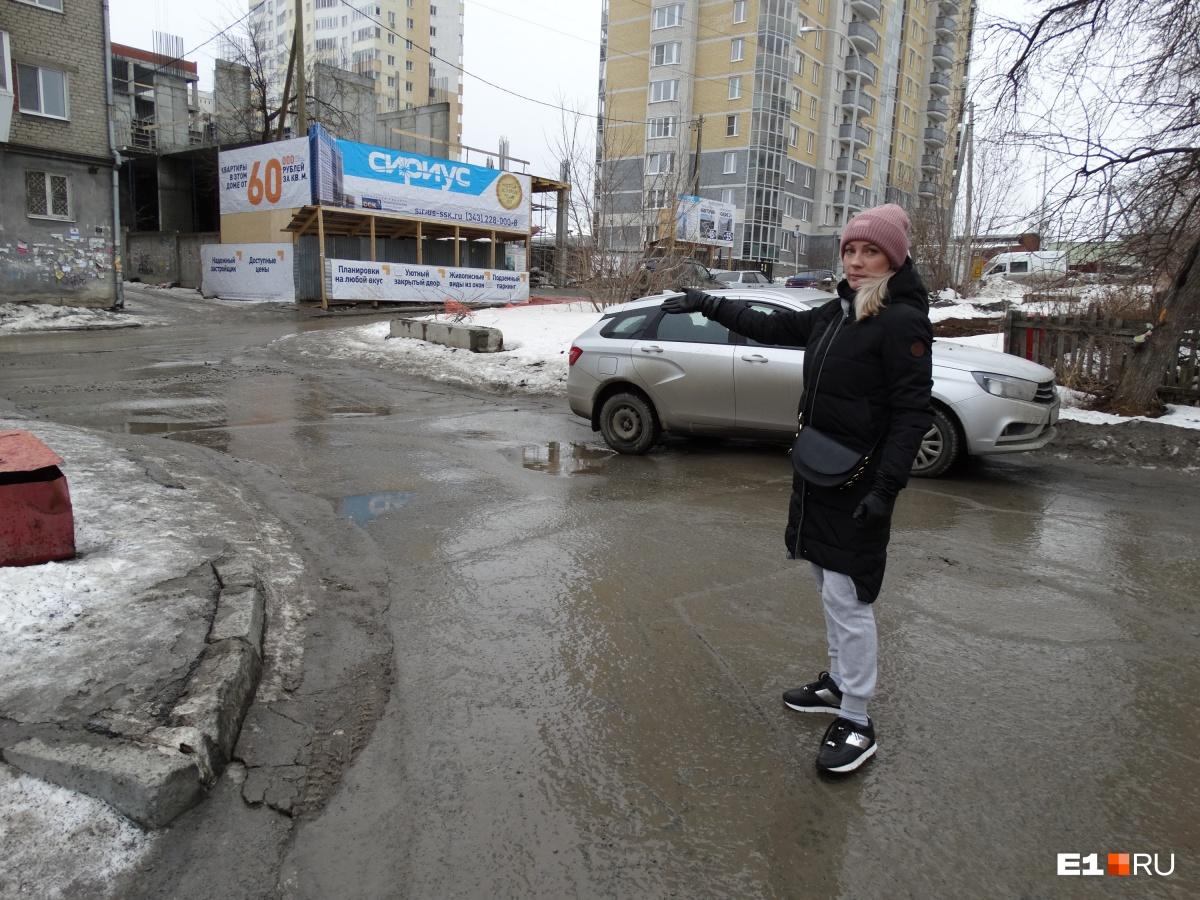 Дарья говорит, что выбрала путь по проезжей части из-за того, что тротуары были завалены снегом. Будь они почищены, конфликта, возможно, не произошло бы