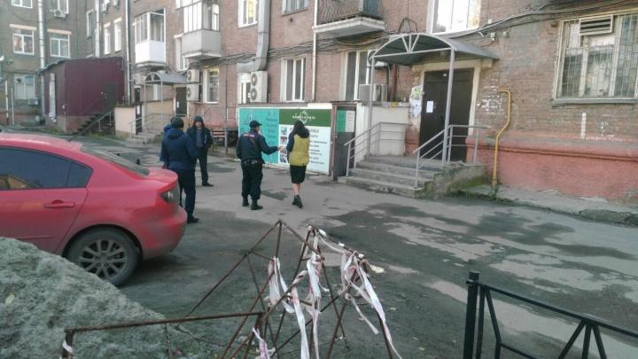 Полиция окружила дом на площади Маркса: на место прибыли кинологи
