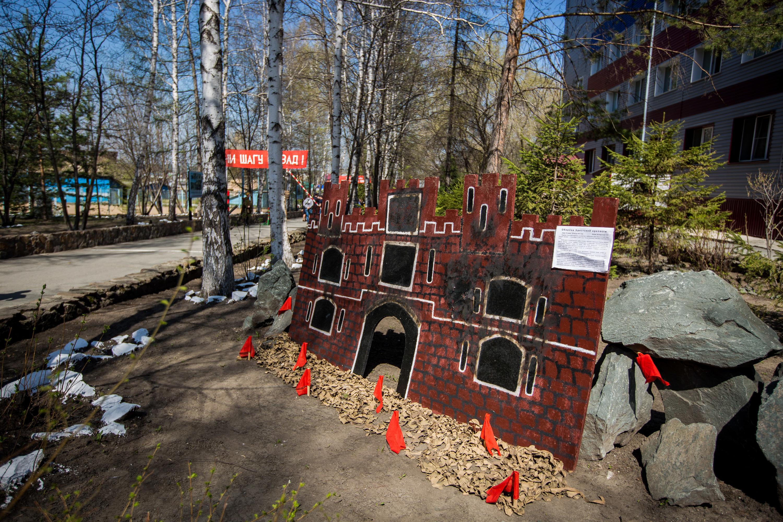 Возле центра профподготовки установили конструкцию, которая символизирует Брестскую крепость