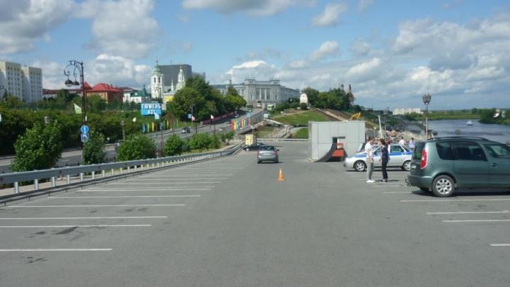 На парковке у набережной пьяная тюменка на Hyundai Solaris сбила 11-летнюю велосипедистку