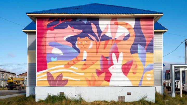 Омские художники нарисовали огромных тигра, зайца и лису на стене дома в Новом Порту