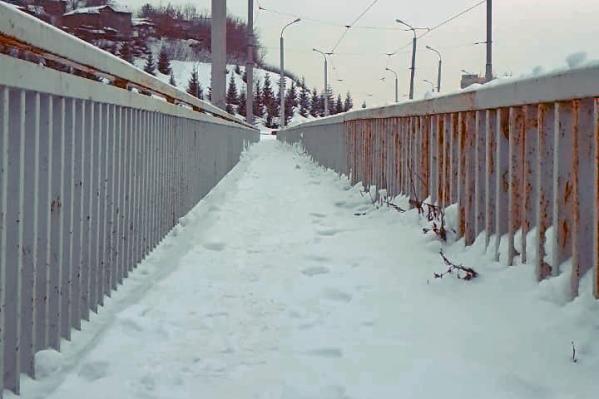 Теперь по тротуару можно ходить, не опасаясь свалиться на проезжу часть под мостом