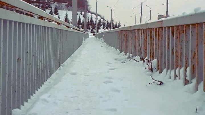После публикации на UFA1.RU коммунальщики очистили от снега опасный мост у железнодорожного вокзала
