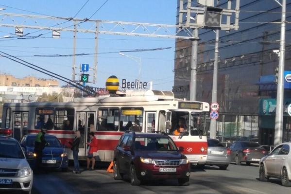 Общественному транспорту приходится объезжать столкнувшиеся машины по встречке