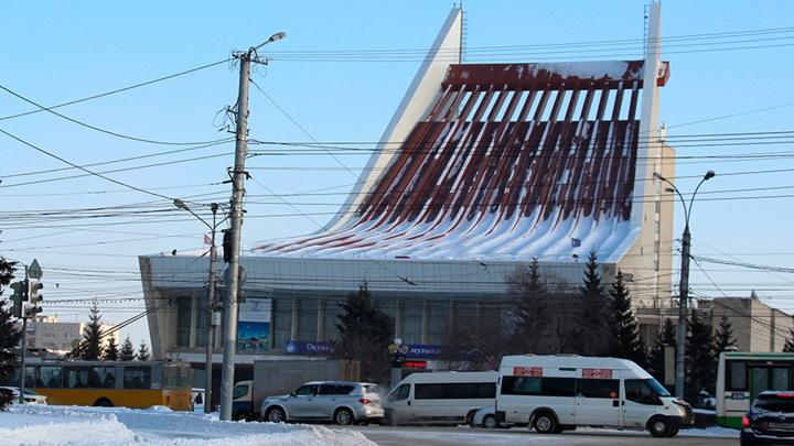 Омским водителям разрешили правый поворот перед Музыкальным театром
