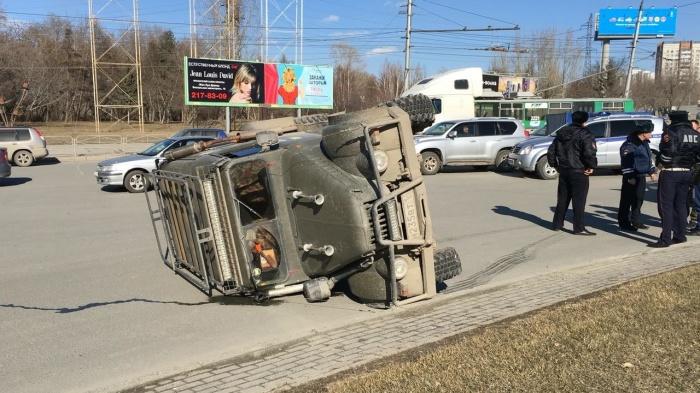 ГАЗ залетел колесом на поребрик и опрокинулся
