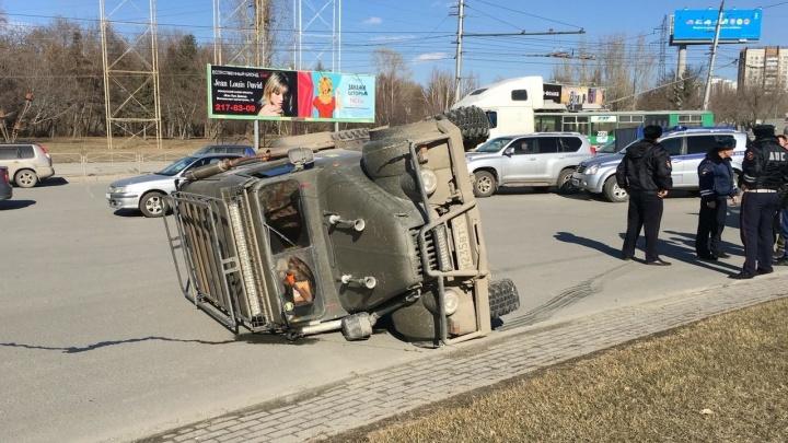 Видео: ГАЗ опрокинулся на бок после того, как его подрезал автобус