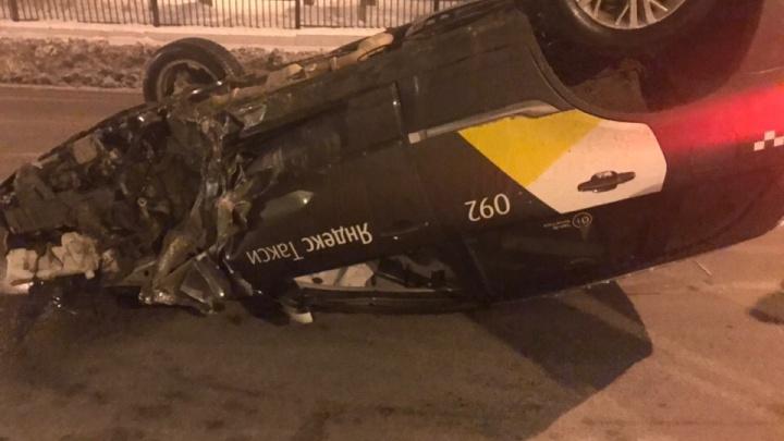 «За помощью не обращался»: волгоградец за рулём такси перевернулся на крышу и остался невредим