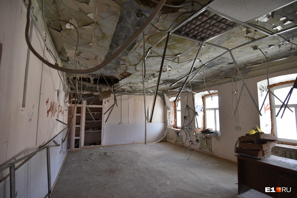 На первом этаже провис потолок