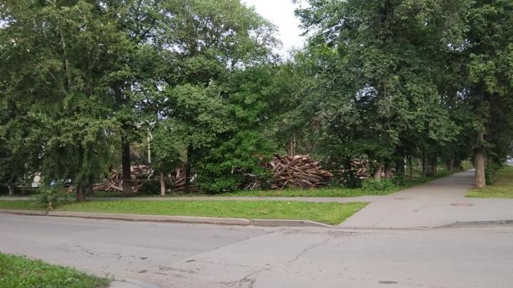 На Уралмаше снесли деревянный дом, который стоял напротив главного парка района