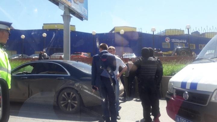 Работает ОМОН: на Московском шоссе задержали водителя и пассажиров элитной иномарки
