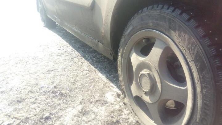 «Растаял снег, а вместе с ним — дороги»: красноярец пробил два колеса в яме