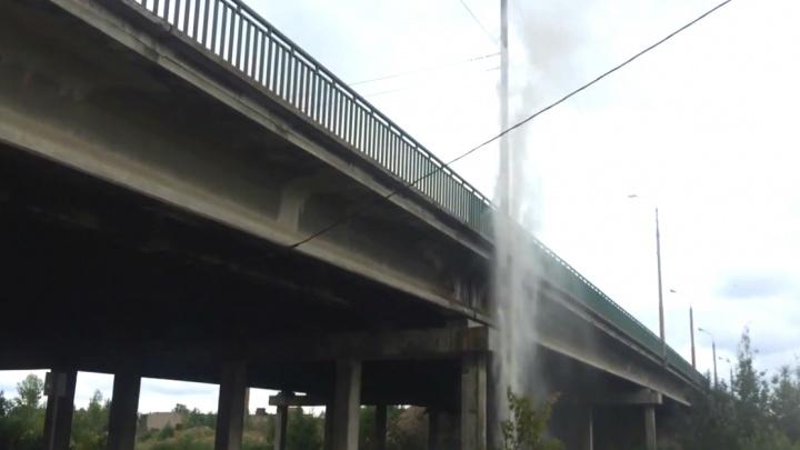 Ярославец снял на видео 15-метровый гейзер: коммунальщики рассказали подробности ЧП