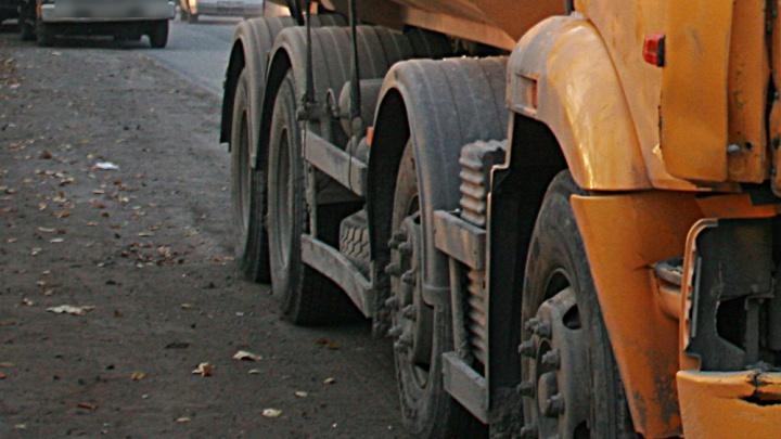 Стоящий на обочине грузовик насмерть задавил человека