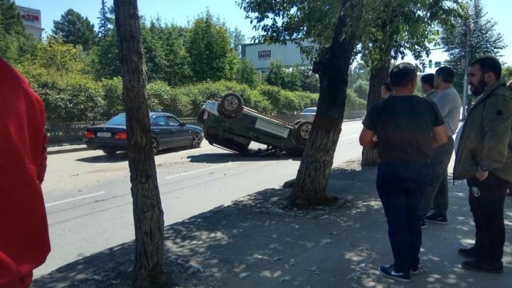 Машина перевернулась на крышу после ДТП на Красном проспекте