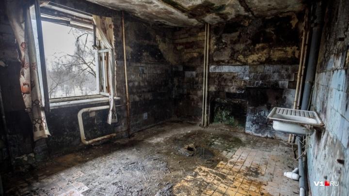 «В комнату невозможно зайти»: в Волгограде в седьмой раз загорелось жуткое общежитие