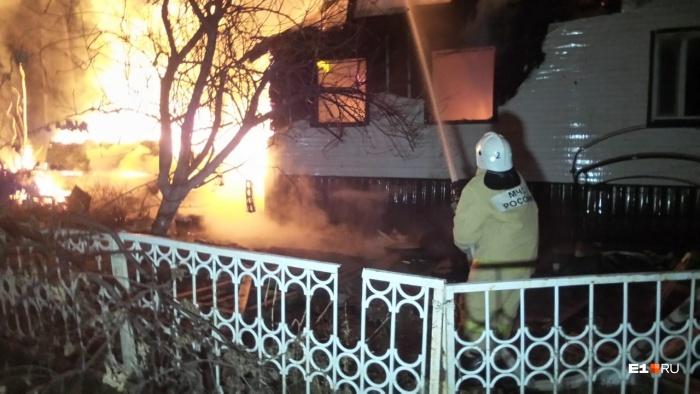 Пламя перекинулось на соседние дома