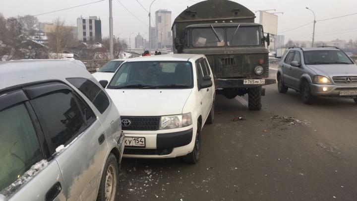 Ипподромская встала:авария с ГАЗ-66 собрала большую пробку в сторону Речного вокзала