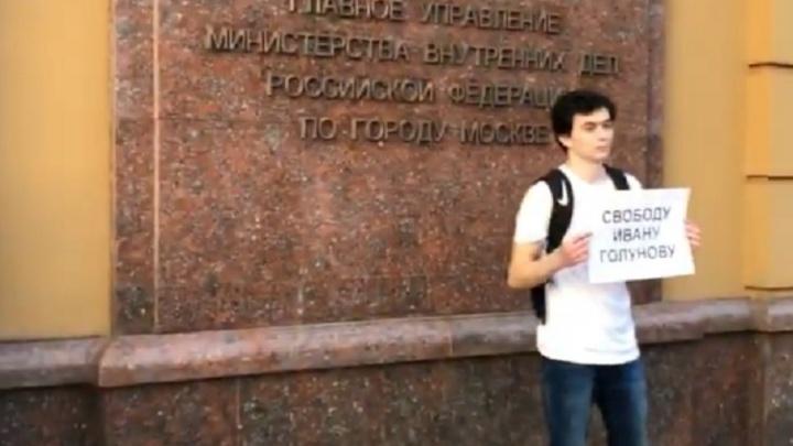 «Любого из нас могут так же закрыть»: Слава Птрк — о задержании журналиста Meduza и пикетах в Москве
