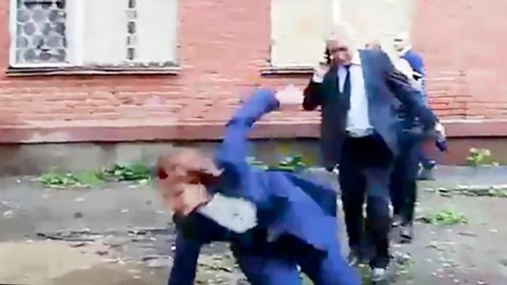 Мэр Омска упала в грязь во время обхода