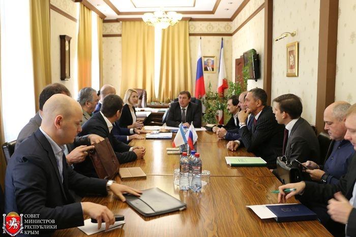 Андрей Ксензов (на фото справа, с мобильным телефоном в руке) устроился советником главы комитета в Крыму