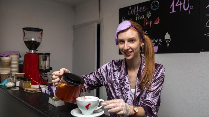 На «Студенческой» открылась кофейня с кроватями и бариста в халате