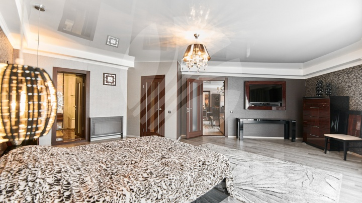 В центре Омска за 15 миллионов продают элитную квартиру с камином и картой на потолке