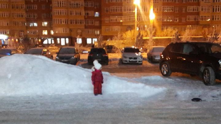 «Я паркуюсь как...»: Nissan Qashqai на детской горке и Яндекс.Такси на тротуаре