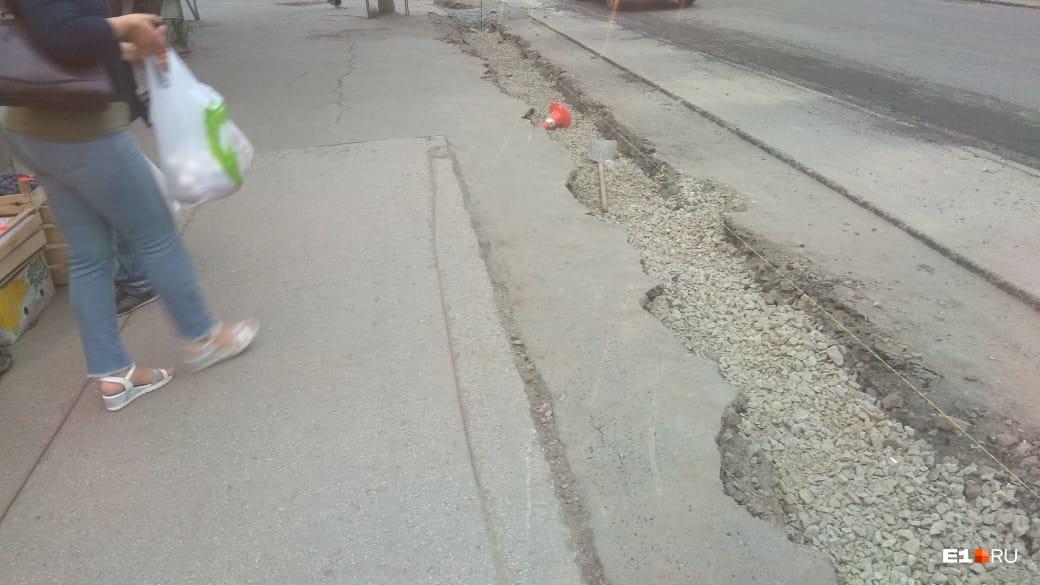 Здесь же валяются дорожный конус и лопата