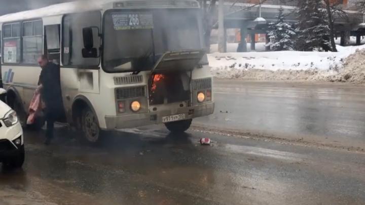 В Уфе на проезжей части загорелся автобус