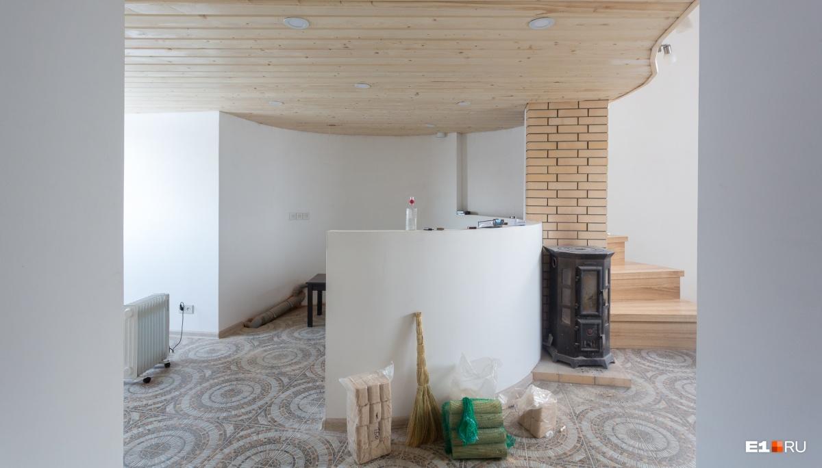 Слева кухня, справа за лестницей ванная и туалет. По крутой лестнице можно подняться и выйти на балкон