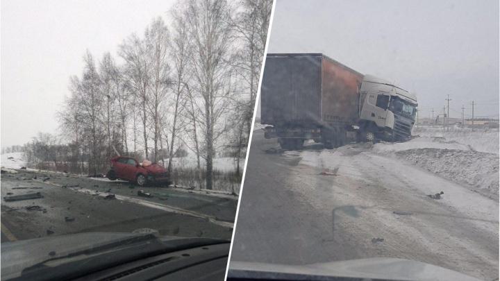 Фура слетела с дороги после столкновения с седаном на трассе под Новосибирском
