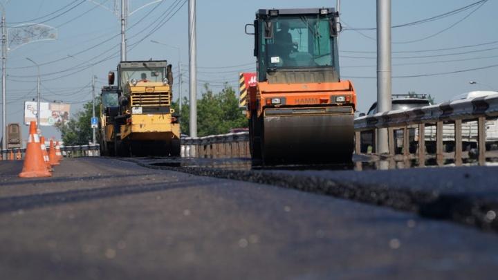 Дороги в Красноярске впервые начали застилать новым по составу асфальтом