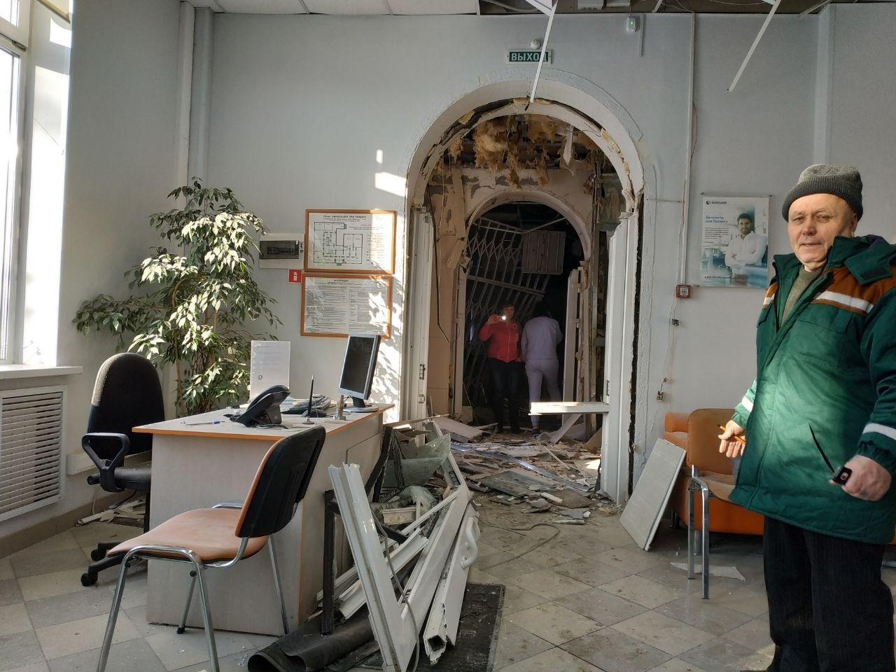 Взрыв в отделении банка прогремел около 4:55