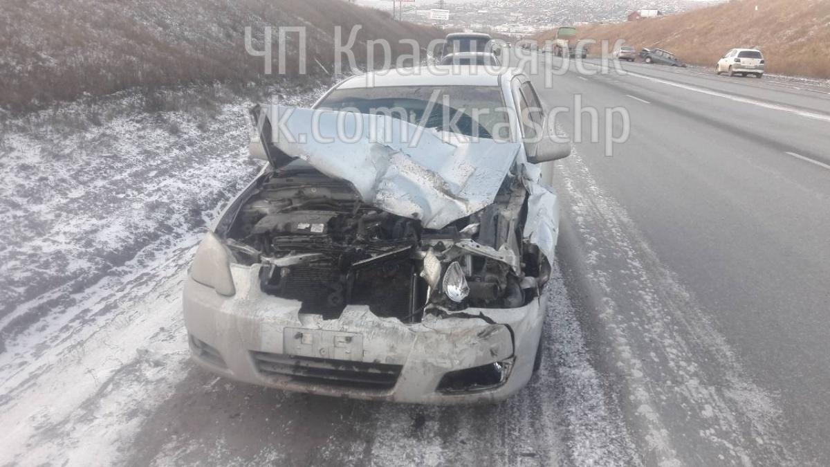 Нашоссе вКрасноярске автомобиль вылетел вкювет из-за неудачного разворота