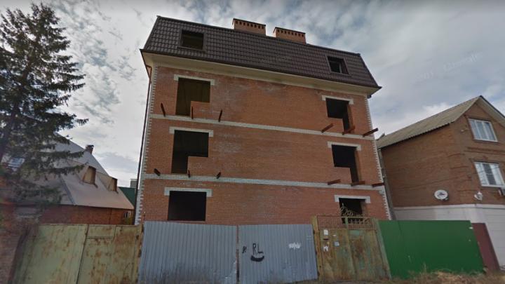 В Ростове в переулке Хоперском собираются снести многоквартирный недострой