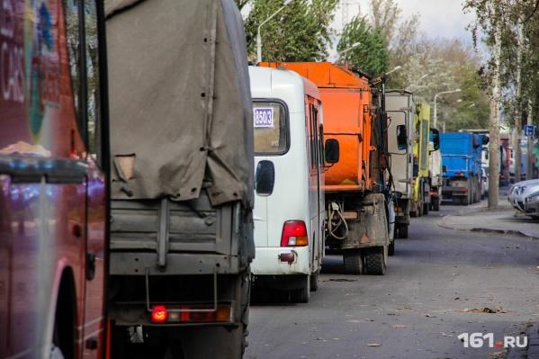 На Левом берегу образуются пробки, потому что грузовики стоят в очереди на отгрузку