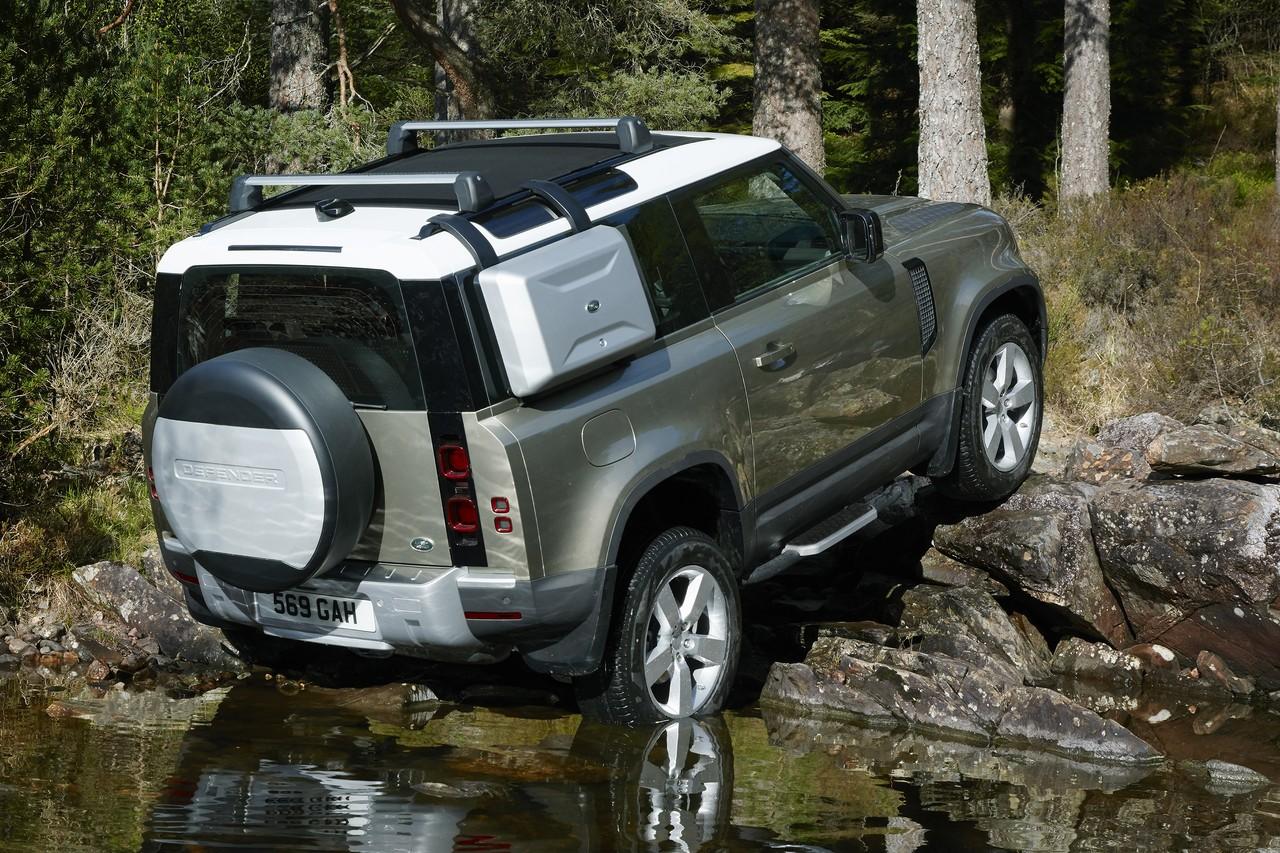 Land Rover Defender как и прежде можно заказать в трёх- или пятидверном исполнении, причём даже короткий «Деф» может быть шестиместным — три человека садятся на переднее сиденье