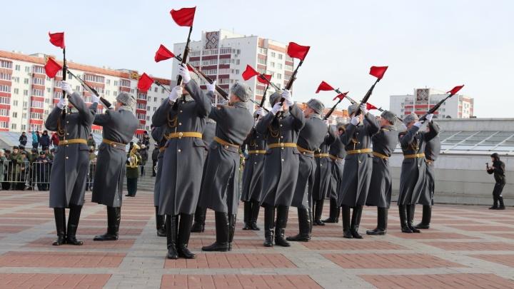 День народного единства в стиле милитари: в центре Уфы проходит необычная выставка